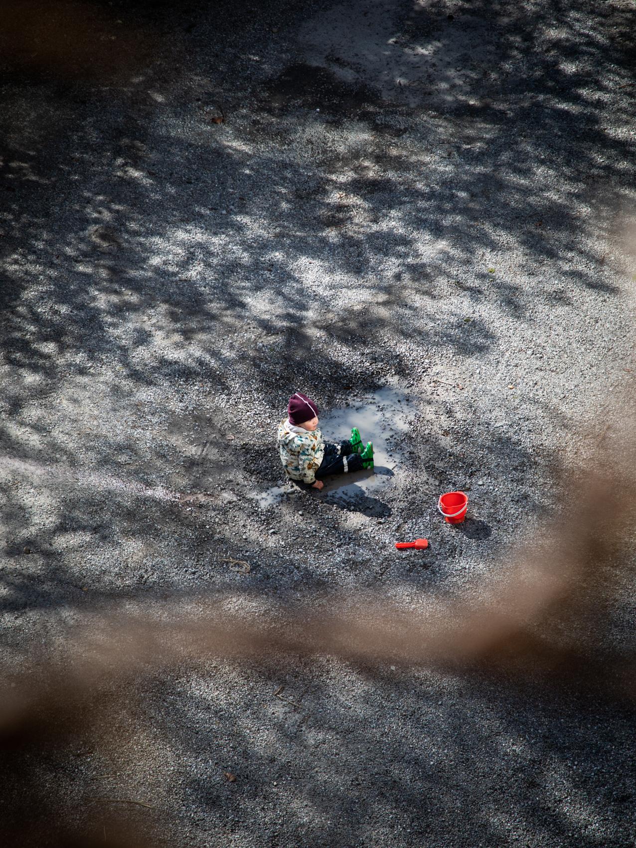 04_01_04_2020_shutdown, Zürich.Kind im hinterhof spielend